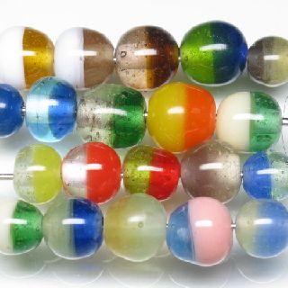 上半分と下半分を2色に分けたデザインのとんぼ玉です。多くの場合は半透明で、色の境界線がぼやけています。コードでつなげると2色が交互に現れるのが魅力です。定番デザインですが、まったく同じデザイン・色の組み合わせのビーズが二度と入手できないというデザインです。熱帯ジャワの工房でバーナーワークによる手作業で作られるため特に同品番でも形状のばらつきが大きいのも特徴です。