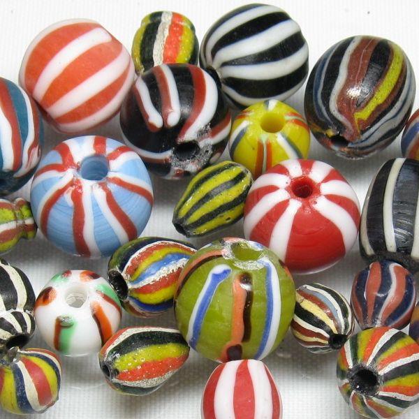 インドネシア・ジャワで作られた伝統的なデザインのとんぼ玉です。丸形。オールドキャンディービーズと呼ばれます。昔の駄菓子屋で売っていたかもしれない飴玉のようです。どこか和風な味わいが懐かしさを感じさせます。