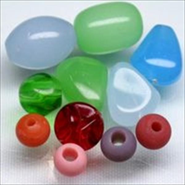 単色のとんぼ玉で、俵型や三角形、ひねりが入ったもの・・・などさまざまな単色とんぼ玉です。淡い透明感のものやクリアなものまでさまざまです