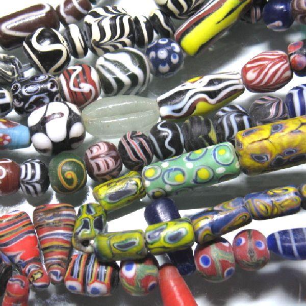 現代ジャワのとんぼ玉。アフリカのとんぼ玉の模写の雰囲気が見て取れますが、模写もなかなかたいへんで伝統的な高度な技法が必要です。