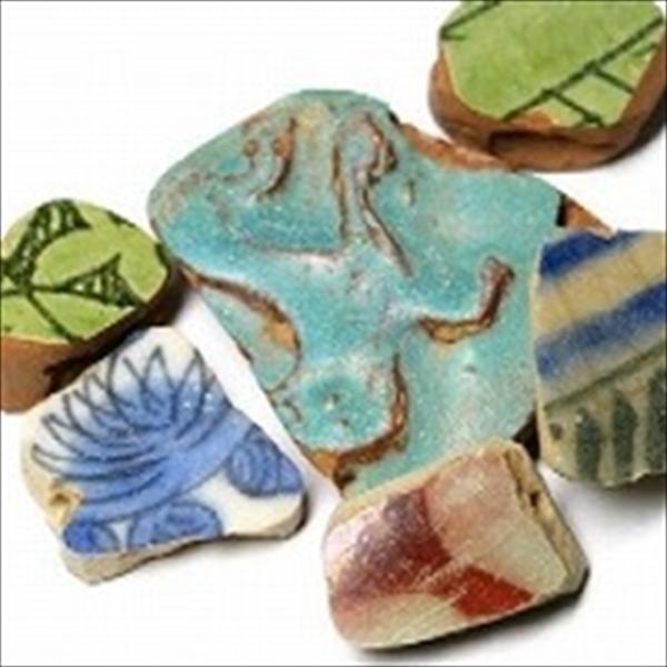 アフガニスタン産の古陶片(出土した古い陶器の破片)をビーズに加工したものを紹介しています。陶器の製造年代は不明ですが、長い間土中に埋もれていたのにもかかわらず当時の美しい色彩を残しています。