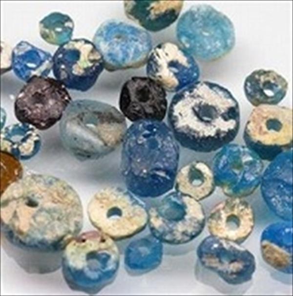 アフガニスタン産の円盤型ローマングラスビーズの小さな破片を円盤状に加工・整形して中心に穴を開けたもの。長い間土中に埋もれて銀化したガラス表面が美しい光を放ちます。