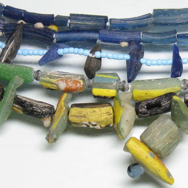 アフガニスタン産の鳥型のローマングラスビーズの商品です。もともとブレスレットとして使われていたものと考えられています。鳥型のものは現代において加工したものです。