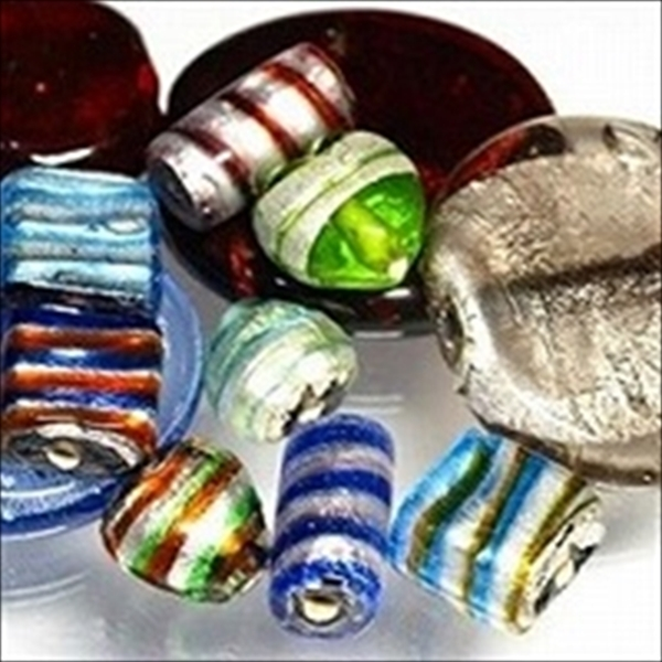 インドビーズ(インド製のガラスビーズ)のうち、シルバーフォイル型です。内部にシルバーフォイルを巻き付けた美しい光沢のビーズです。