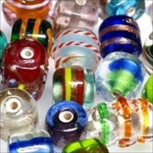 インドビーズ(インド製のガラスビーズ)は、アジアのビーズの中でもとりわけ独創的な表面デザインで知られています。表面に金銀のガラスで装飾を施したり、突起をつけたりするデザインは、他のアジア諸国のビーズにも影響を与えています。また、内部にシルバーフォイルを入れて美しい内部構造を作り出したものも多くあります。全体的に透明感のある印象を与えるインドビーズをお楽しみください。