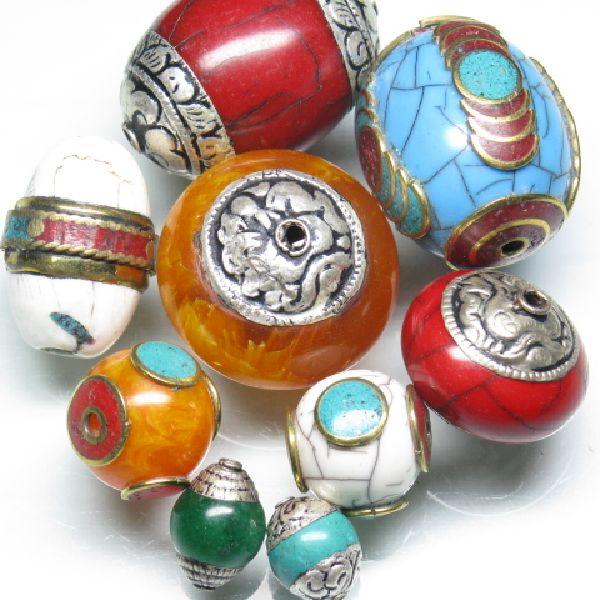 インド・ラダック地方の伝統的なビーズで、ハードワックスのコア部に金属コードと天然石のサザレやカラフルなガラスシードビーズなどで装飾を施したものです。