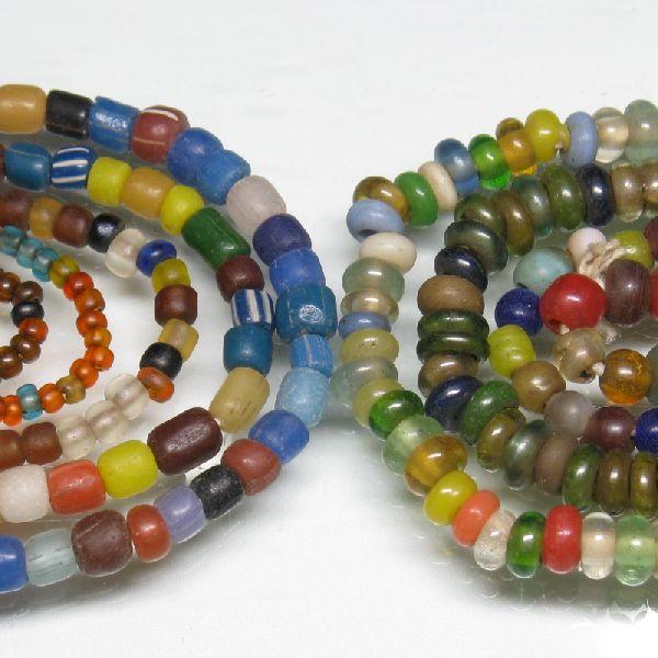 ジャワの現代ガラスシードビーズです。注文するたびに色調や風合いが変わる、自由奔放な感覚の連です。従って現品限りの品番です。