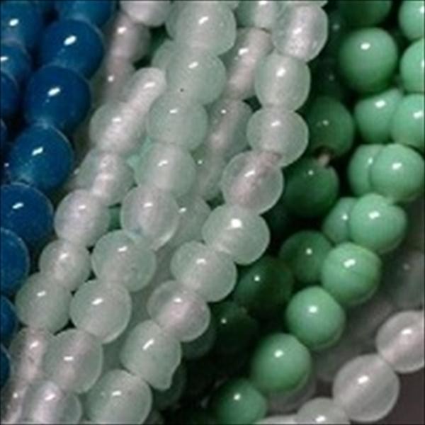 ジャワの現代ガラスシードビーズです。注文するたびに色調や風合いが変わる、自由奔放な感覚の連です。従って現品限りの品番です。単色(寒色系)