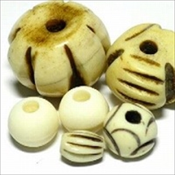 インドの水牛の骨で作られた丸い形状のボーンビーズのうち、無着色(ナチュラルカラー)のビーズです。