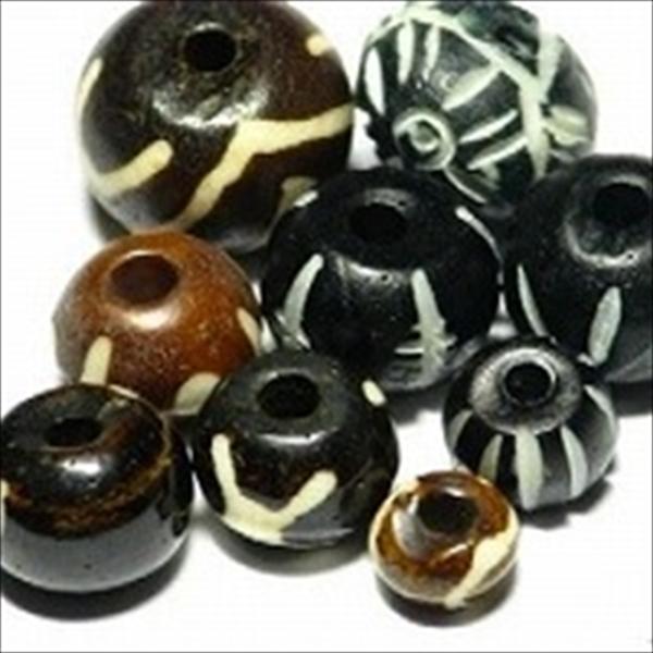 インドの水牛の骨で作られた丸い形状のボーンビーズのうち、着色されたものです。