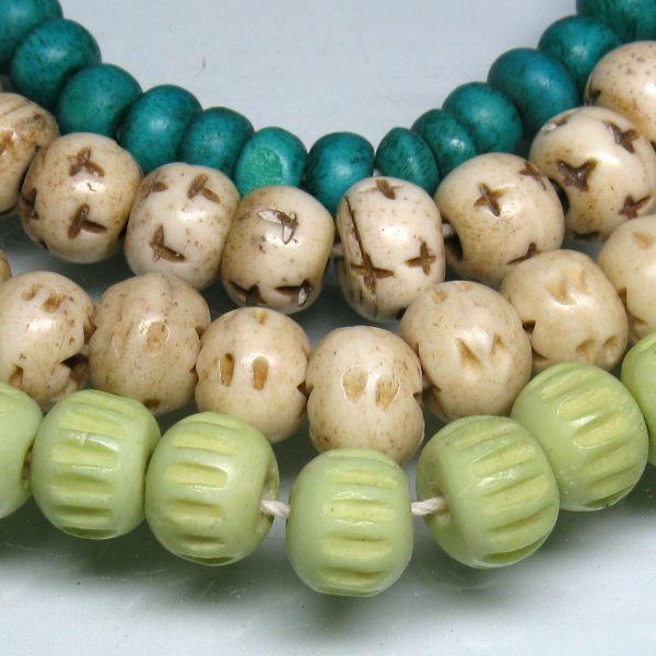 インドネシアの水牛の骨で作られた丸い形状のボーンビーズのうち、着色されたものです。