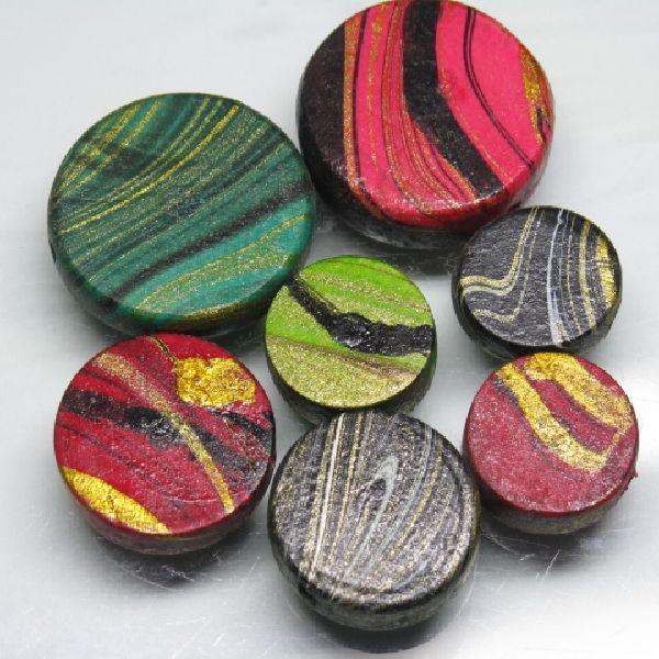 すみながし塗装のウッドビーズ。墨流し技法での染色ですからすべてのビーズの模様が違います。