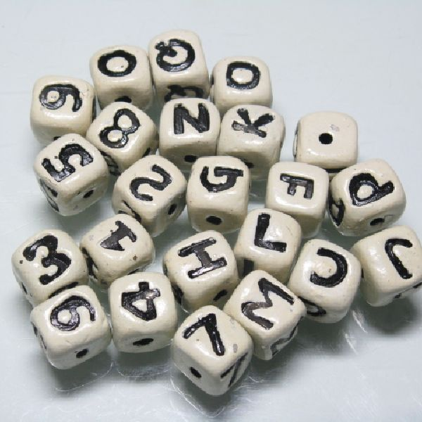 インドの手作りアルファベット文字入りサイコロ(さいころ)型クレイビーズです。