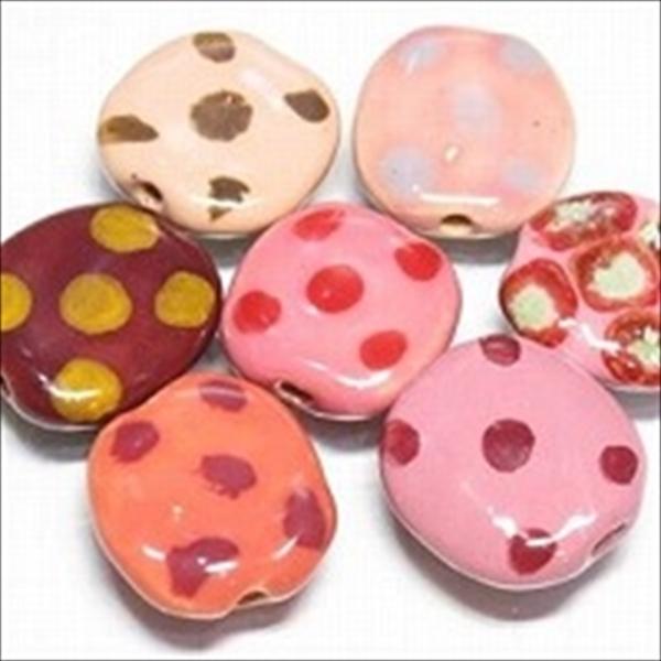 ケニアのカズリビーズ(Kazuri)のコイン型のビーズです。穴は側面を貫通しています。