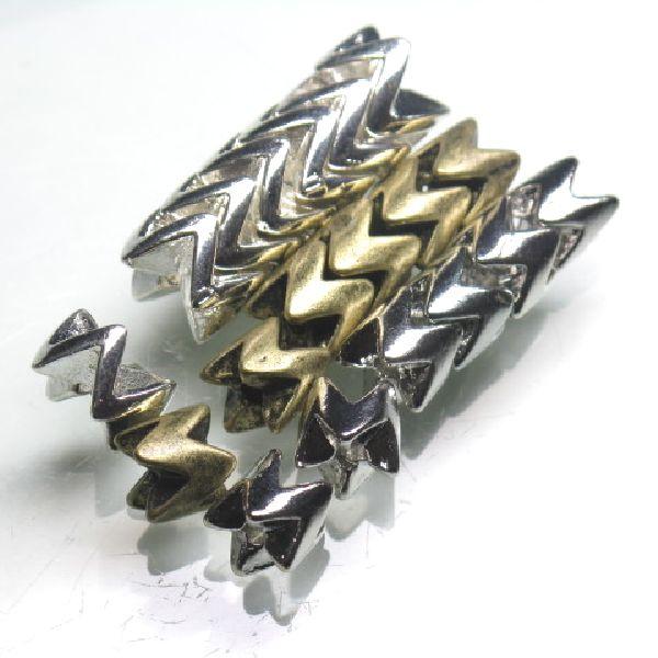 メタルビーズ(スネークビーズ)。蛇の骨を模した形状でほかにさまざまな素材で作られています。ここではメタル製を掲載しました。素材は亜鉛合金に真鍮メッキを施したものです。通常は複数を組み合わせて使用します。