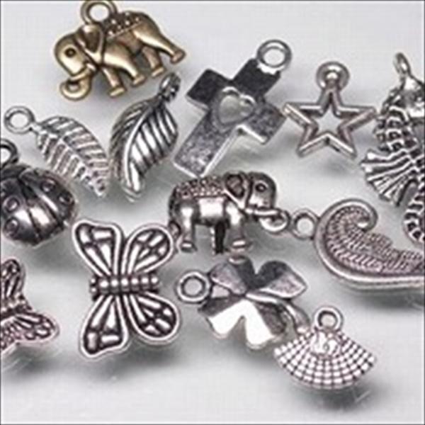メタルチャーム。素材は亜鉛合金に真鍮メッキを施したものです。